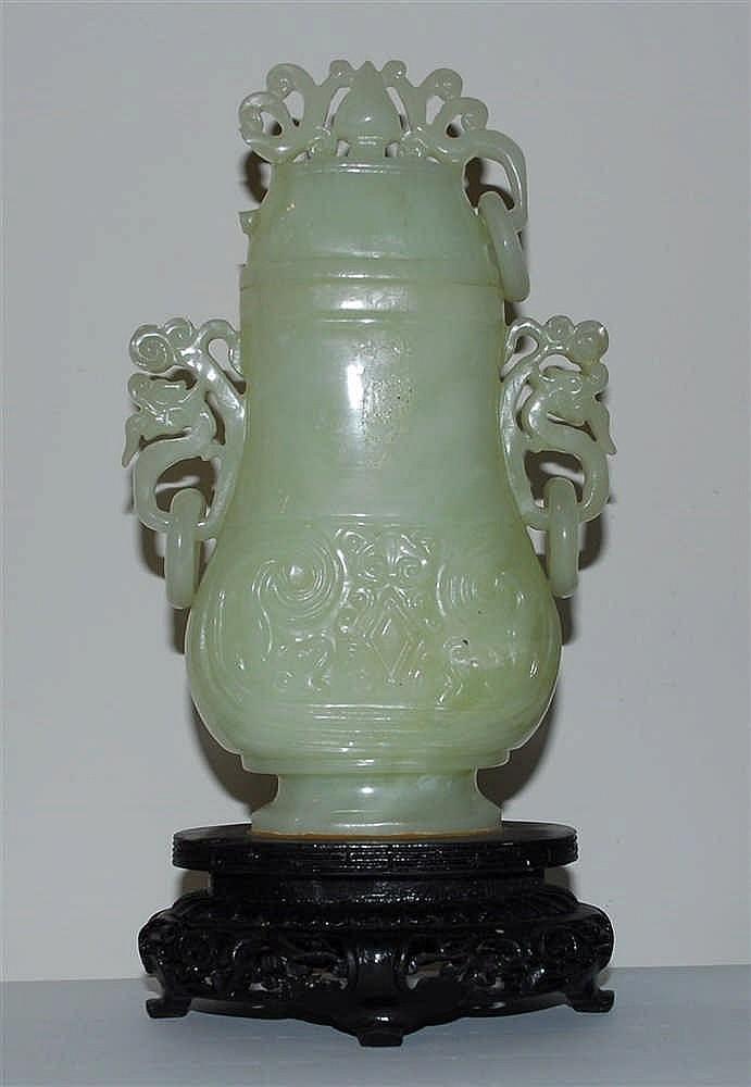 Chine Petit vase couvert Jadéite vert pale à décor gravé, travai