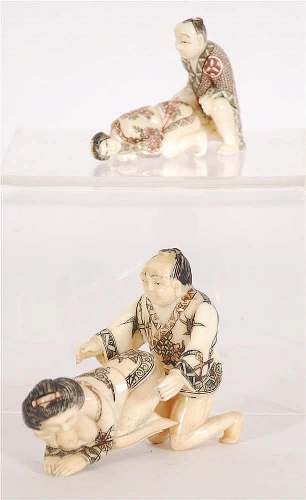 Deux couples érotiques Ivoire sculpté et gravé. Travail japonais