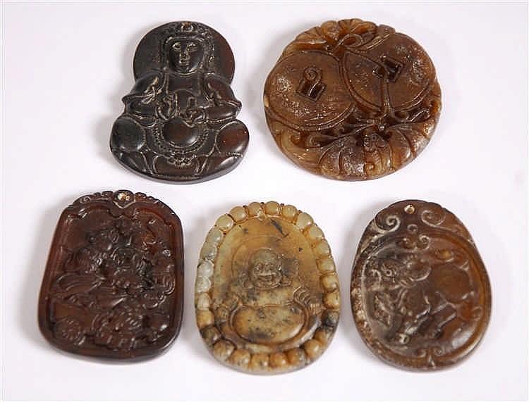 Chine Lot de cinq pendentifs Pierres taillées. Chine.