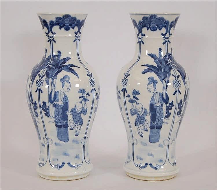 Chine Paire de vases balustre Décor bleu d'une femme et enfant da