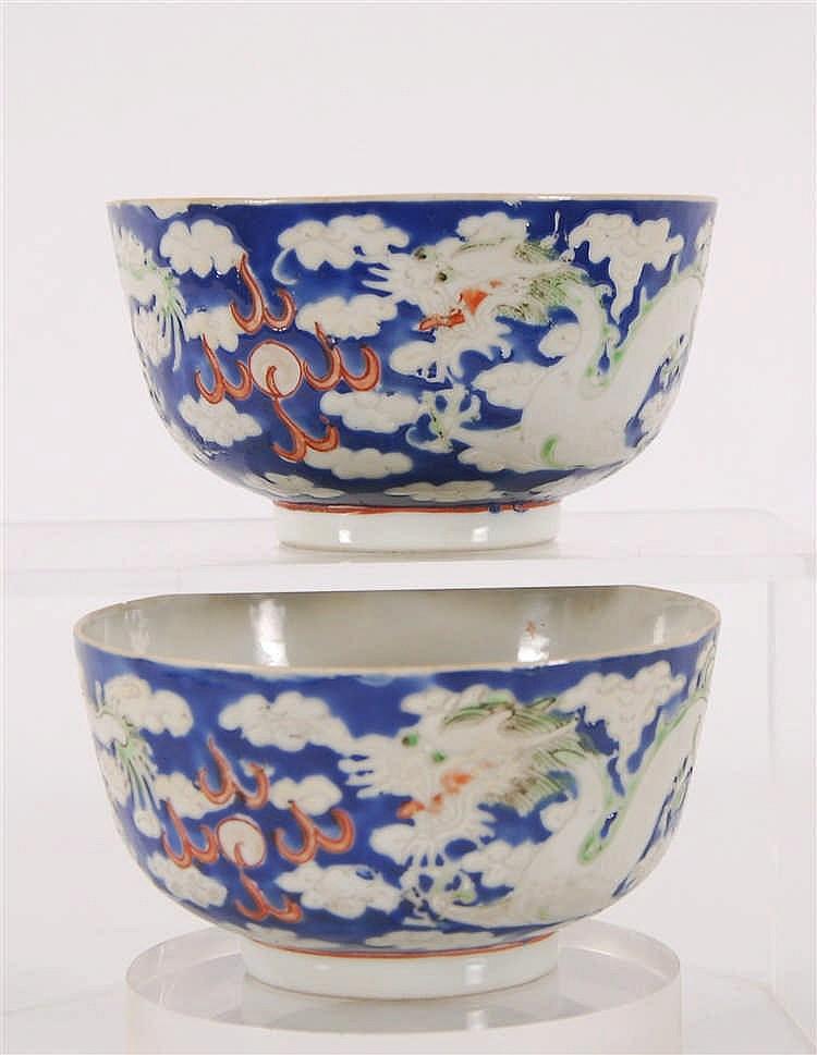 Chine Paire de bols Décor polychrome de dragons sur fond bleu ave
