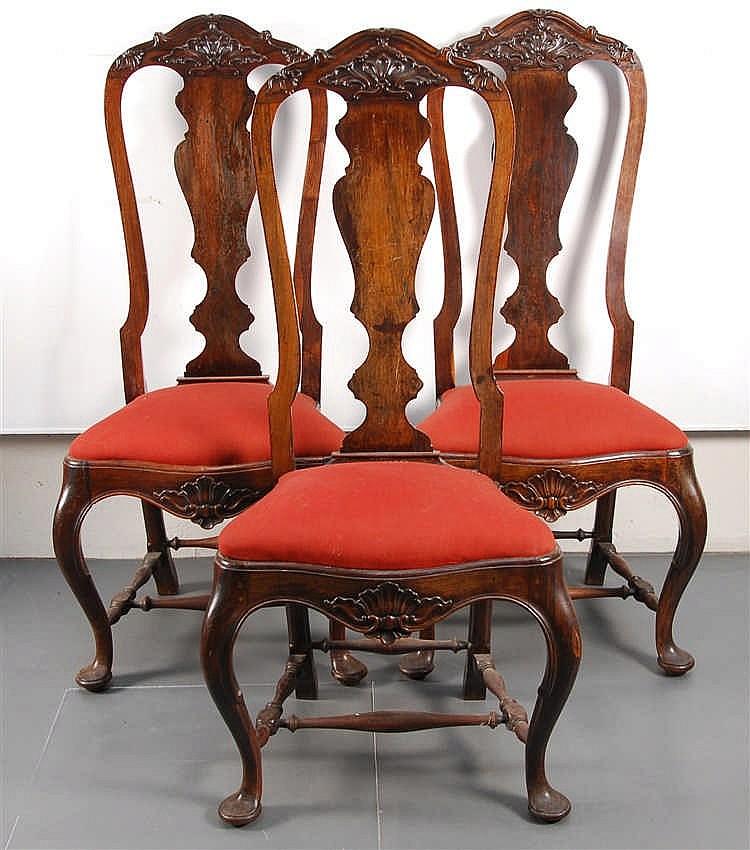 Série de trois chaises Bois sculpté. Travail anglais, XVIIIe-XIX