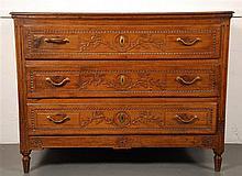 Commode  Elle ouvre par trois tiroirs.  Chêne mouluré et sculpté