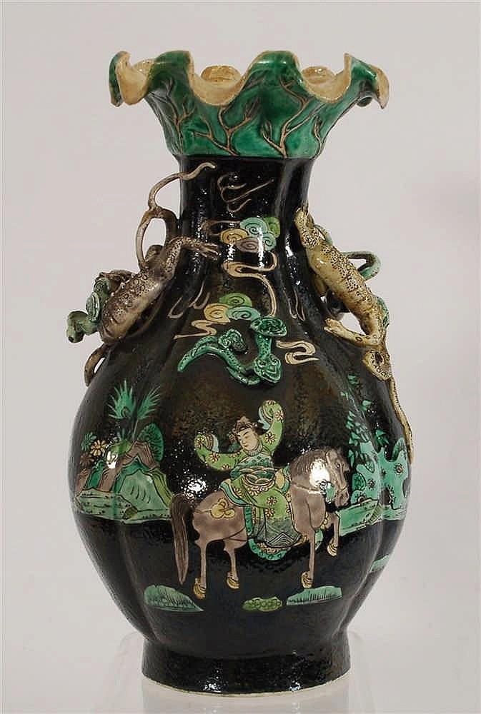 Chine Vase à col festonné Décor polychrome sur fond noir d'un dig