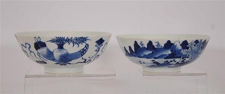 Chine Deux bols  Décor bleu d'un paysage sur l'un et d'objets mob