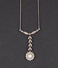 Collier avec pendentif en forme d'une fleur Or blanc serti de br