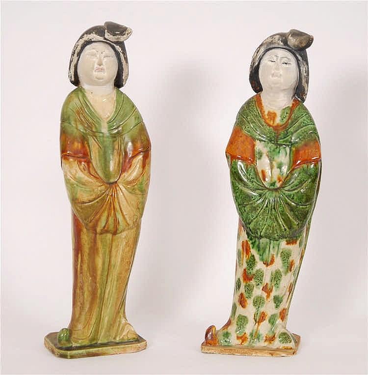 Chine Deux figurines debout Représentant des dames de palais. Grè