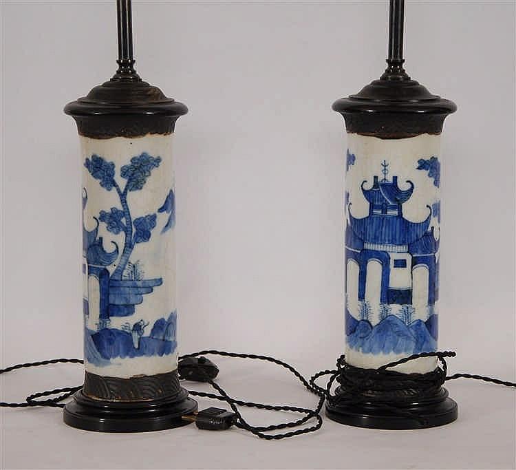 Chine Paire de vases cylindriques  Décor bleu circulaire d'un pal