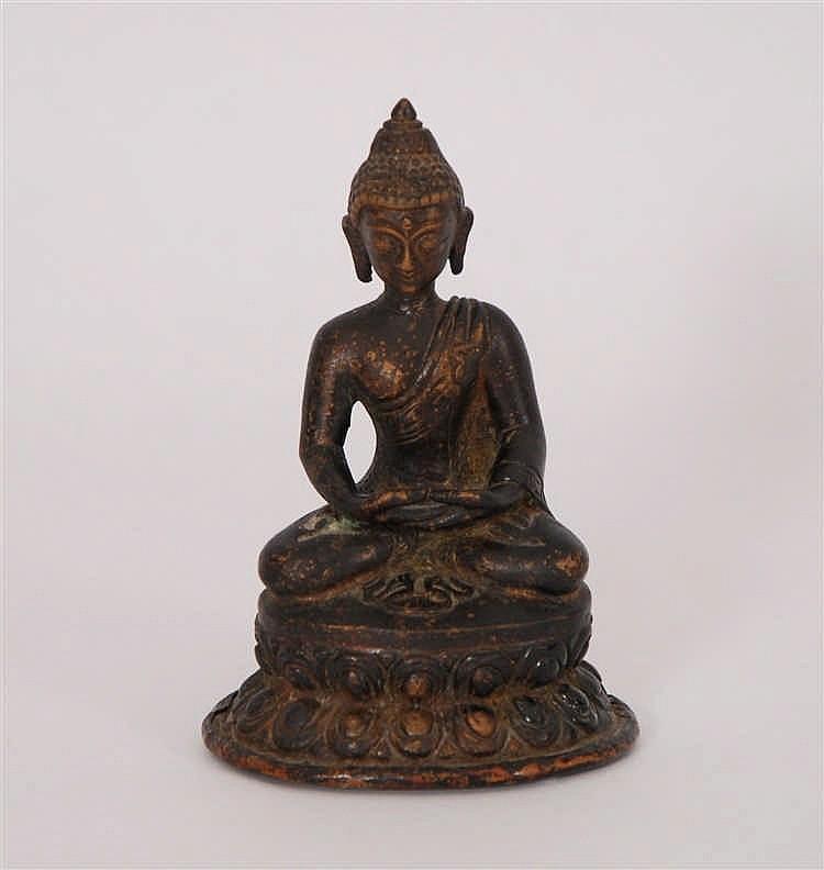 Chine Bodhisattva  Assis sur une double base lotiforme. Bronze. S