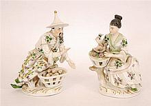 Paire de figurines chinoises Décor polychrome à rehauts d'or. Un