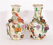 Paire de vases Décor polychrome en relief de coquillages, fruits