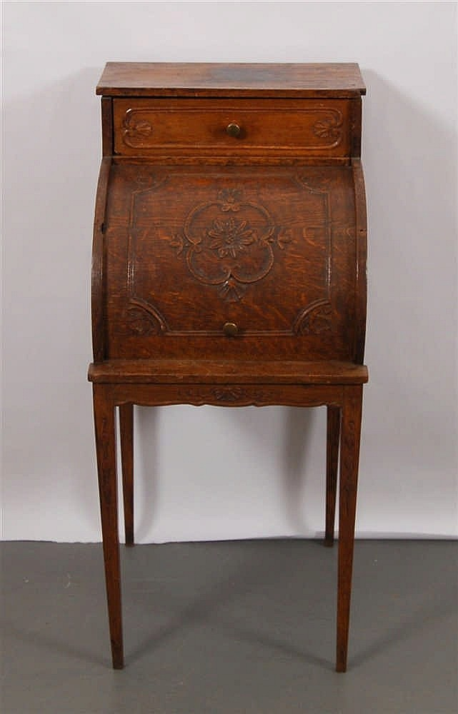 Table de chevet Louis XVI Chêne mouluré. 80,5 x 38 x 43 cm.