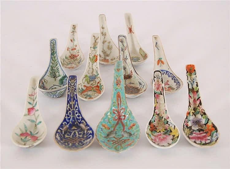 Chine Lot de douze cuillères Décor polychrome de fleurs. Chine.