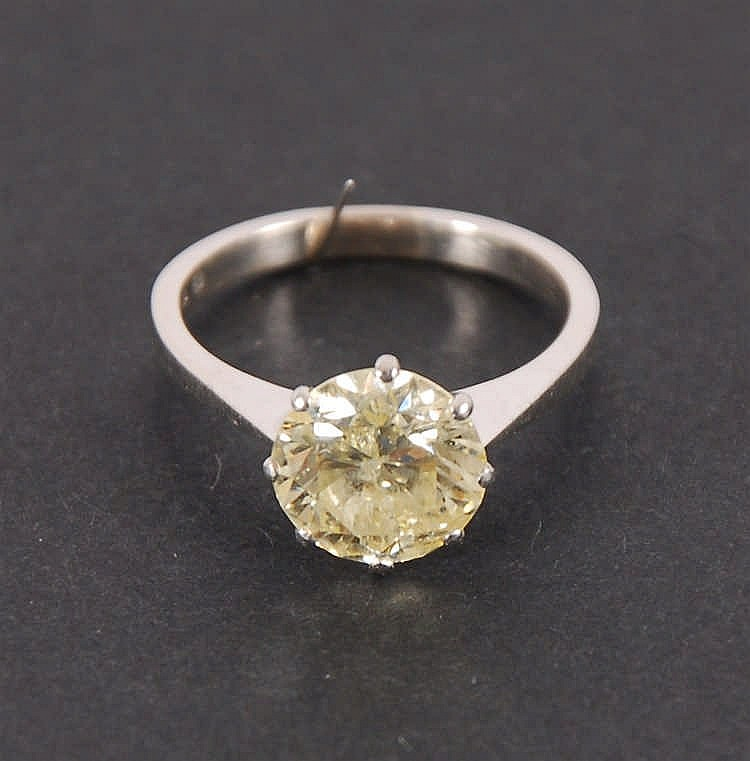 Bague Or blanc. Sertie d'un brillant d'environ 2 ct.