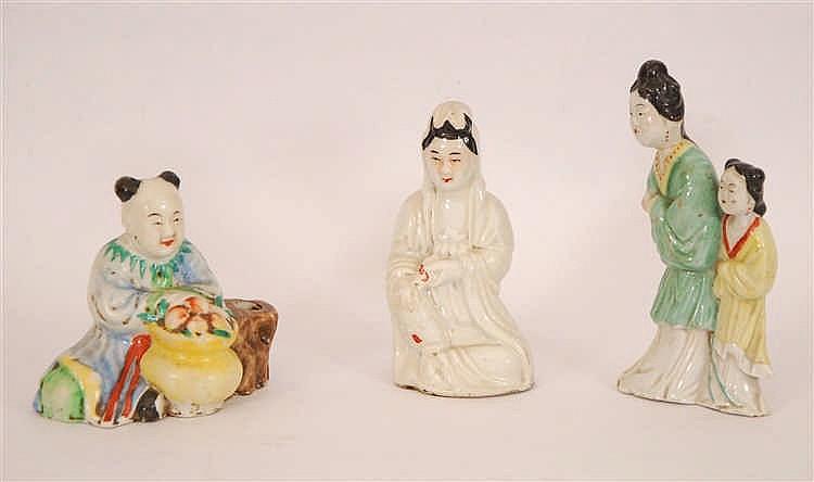 Chine Lot de trois statuettes Décor polychrome, Chine.   H. 1