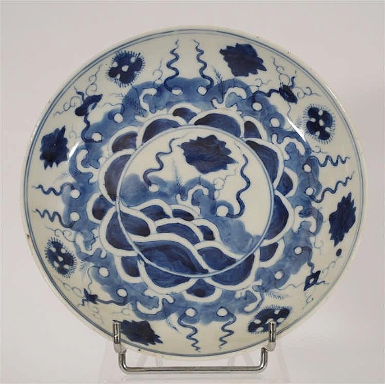 Chine Coupe  Décor bleu. Chine, une marque.   Diam. 19 cm.