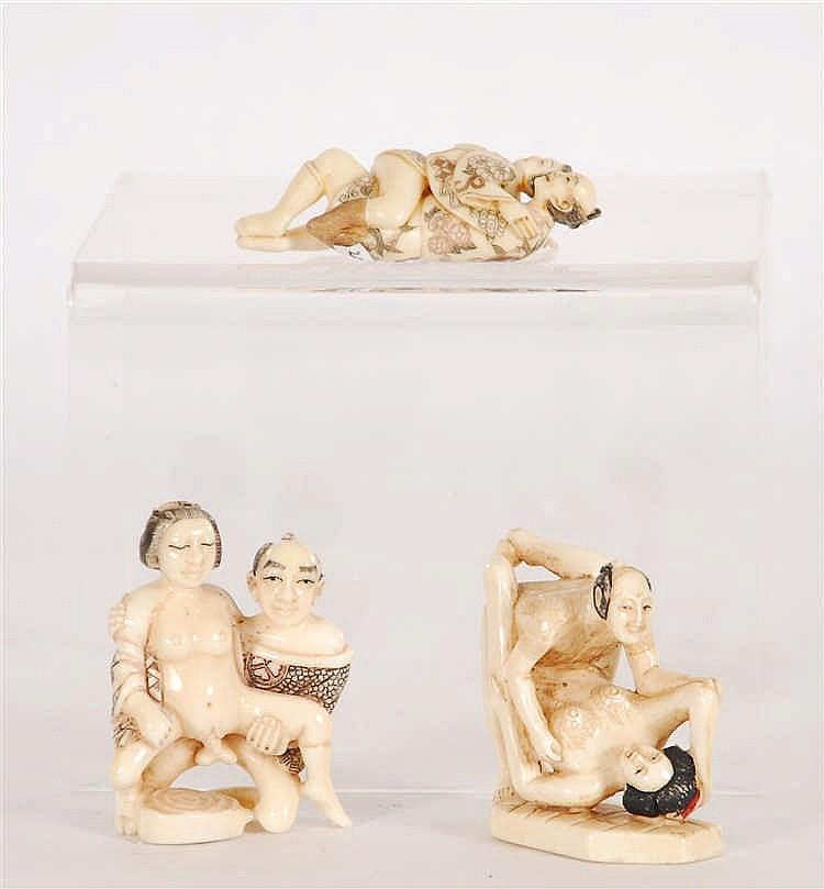 Lot de trois petits groupes érotiques Ivoire sculpté et gravé. T