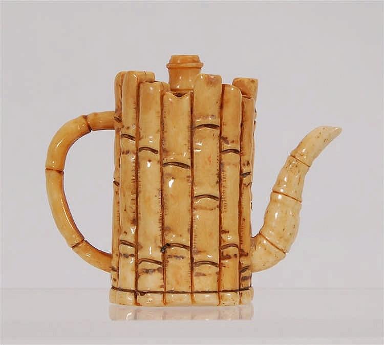 Petite théière A décor de bambous. Ivoire, Japon. H. 7,5 cm.