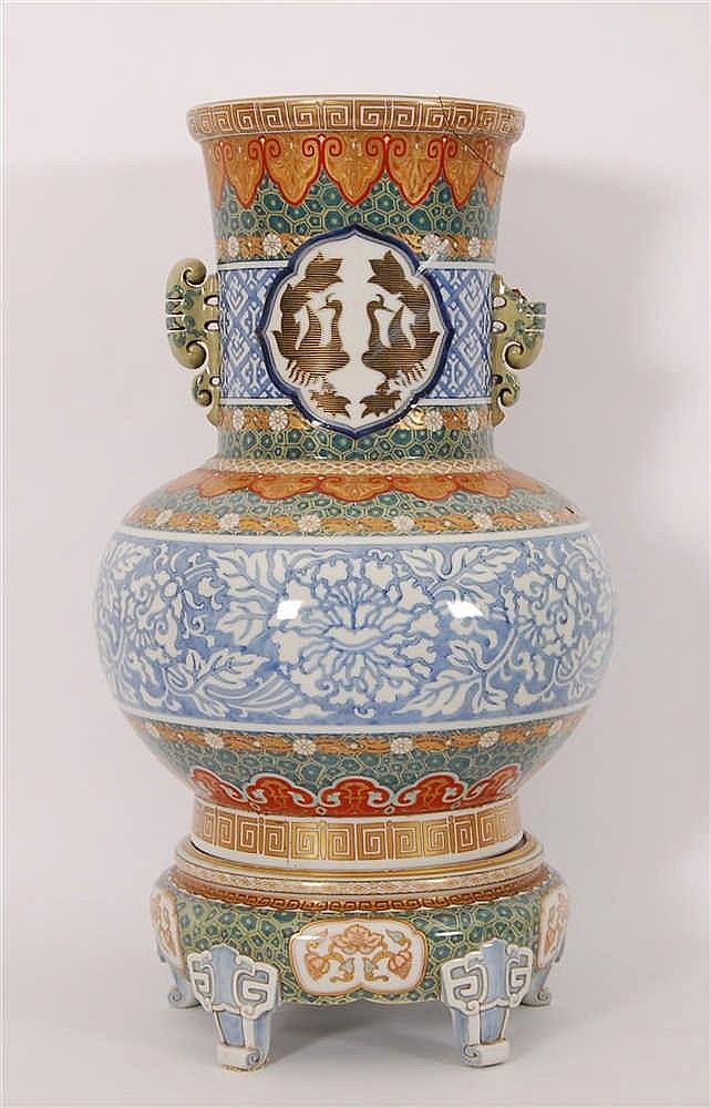 Vase à deux anses sur socle quadripode Décor polychrome à rehaut