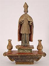 Saint debout Il pose sur un socle.  Bois sculpté et  polychr