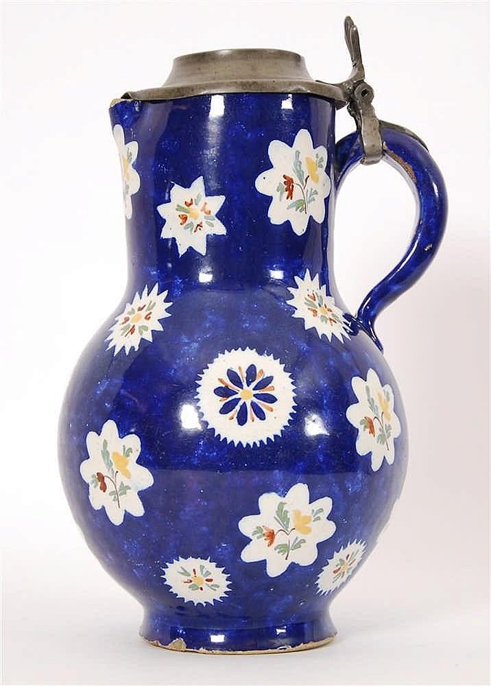 Cruche pansue Décor polychrome de fleurs sur fond bleu. Couvercl