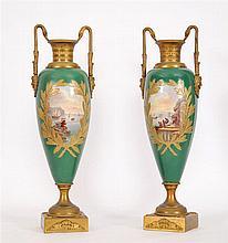 Paire d'urnes à deux anses Porcelaine à décor polychrome et reha
