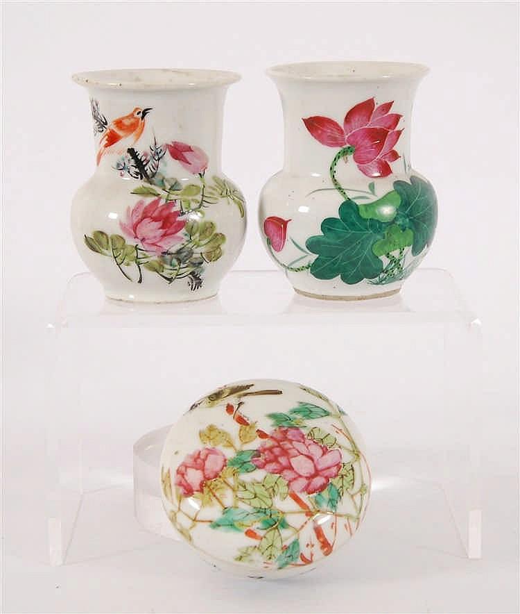 Chine Lot de deux petits vases et une boite ronde Décor polychrom