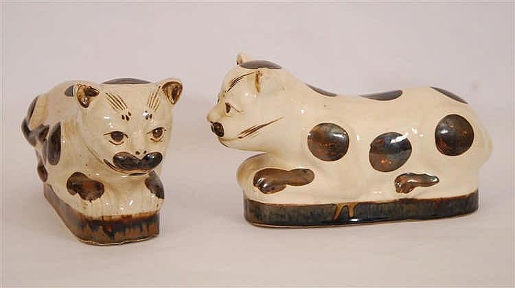 Chine Paire de repose-nuques Simulant deux chats. Faïence, Chine.