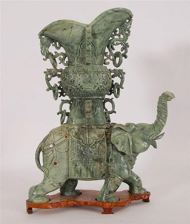 Chine Eléphant caparaçonné Jade sculpté et taillé. Chine. H. 49,5