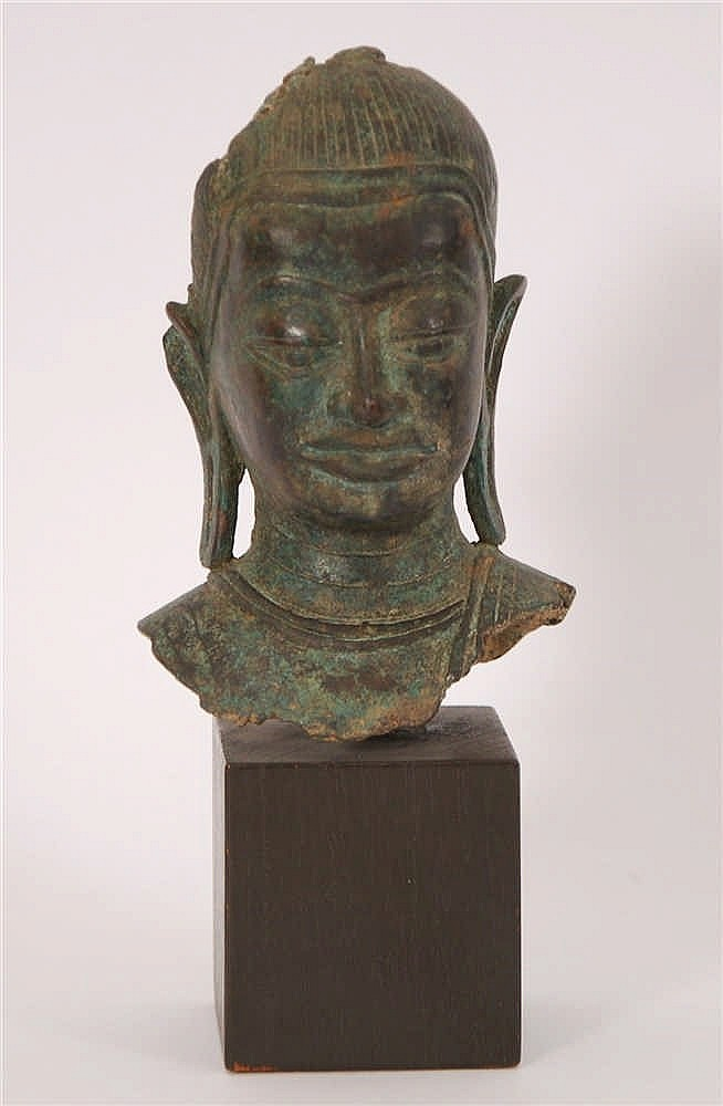 Fragment de tête de bouddha Bronze. Art khmer. H. 15 cm.