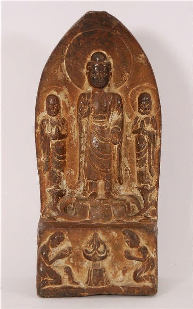 Divinité entourée de serviteurs Haut-relief en pierre sculptée.