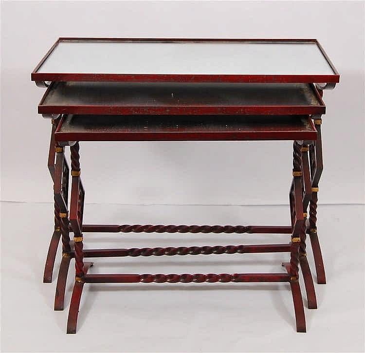 Table gigogne A trois éléments. Métal laqué rouge à rehauts d'or