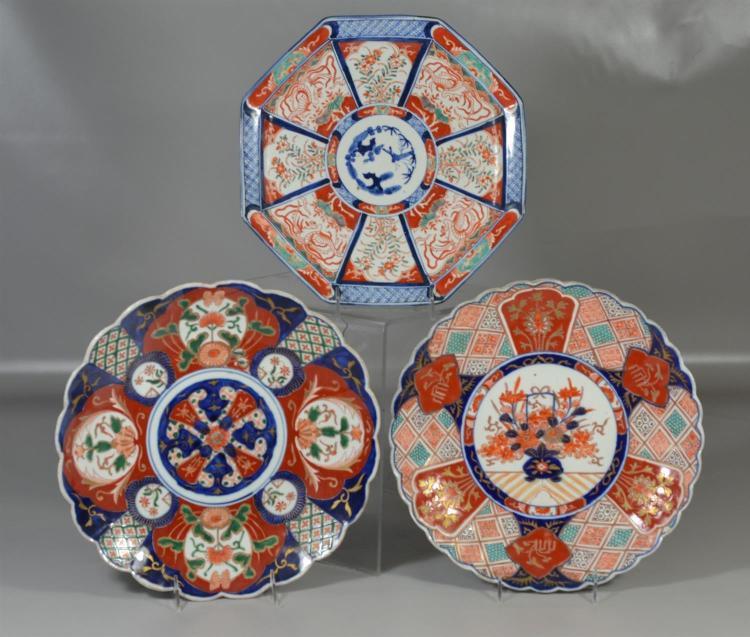 (3) Japanese Imari porcelain chargers, largest 12 1/4