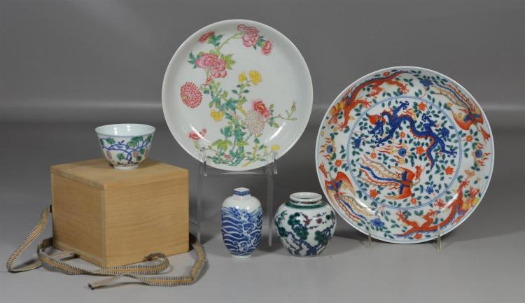 (5) pieces of Chinese porcelain to include a finely painted tea cup with later wooden box and 6 character mark to base, 2 vases both...