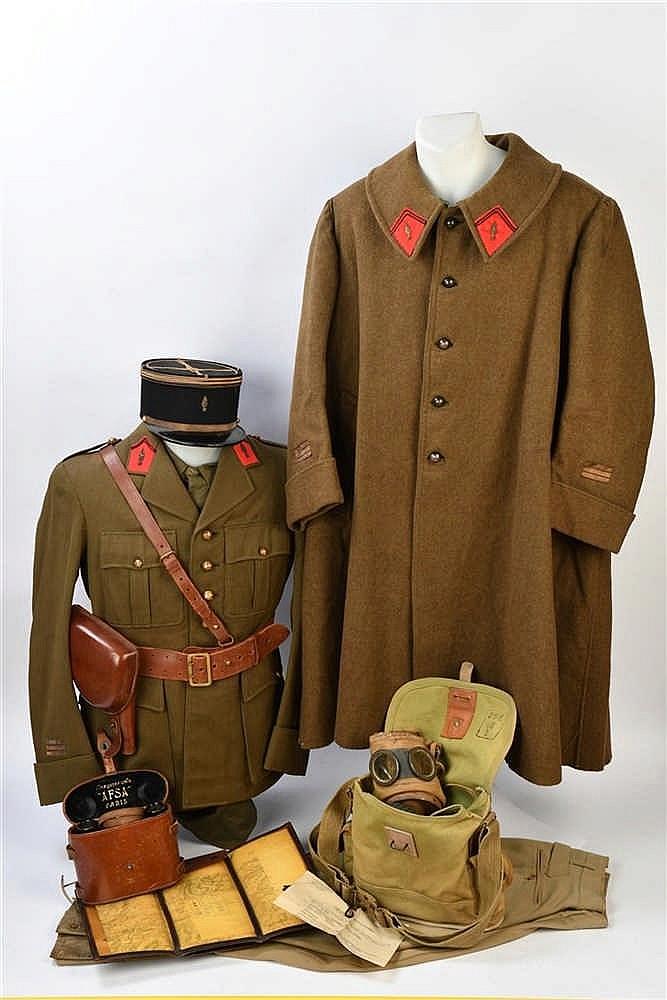 Ensemble d'un capitaine France 1940 comprenant: une vareuse, une chemise, u