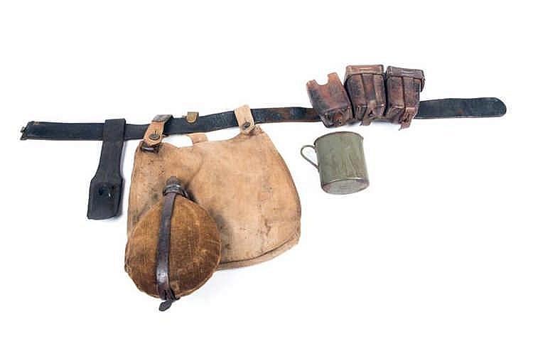Equipement du soldat. Lot comprenant: un ceinturon en cuir sans boucle. Une