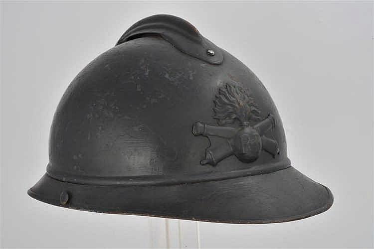 Casque Adrian modèle 1915 d'artilleur repeint dans une nuance plus foncée,