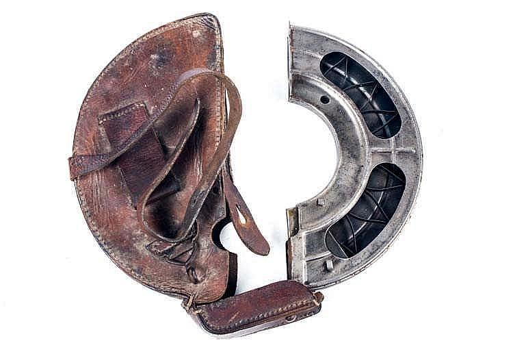 Equipement: Porte-chargeur en cuir de forme demi-lune pour FM Chauchat. Eta