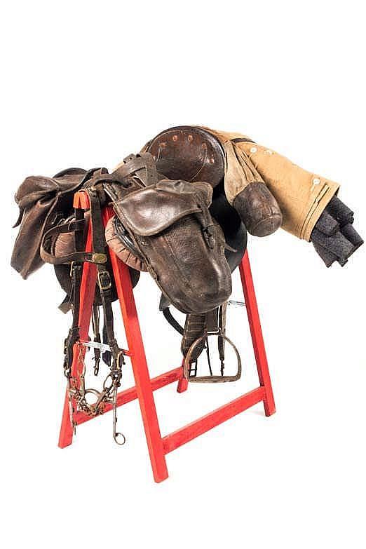 Selle de cavalerie complète remontée avec divers éléments de l'époque. Sell