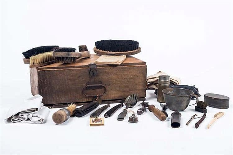Equipement: Caisse en bois de chambrée de caserne avec matériels individuel