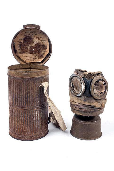 Equipement comprenant: un masque à gaz avec son boîtier modèle ARS17, un bo