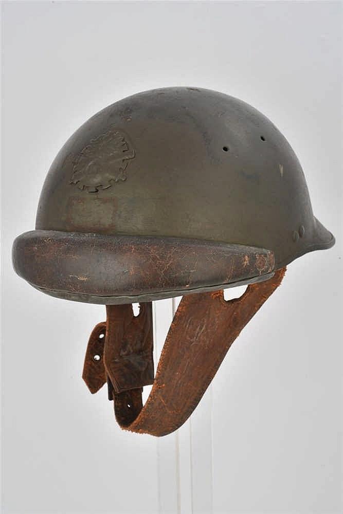 Casque français modèle 1935 kaki avec rondache artillerie de 50 mm rehaussé