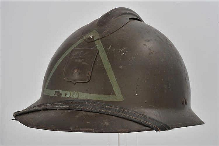 Casque français modèle 1926 de la DP. Insigne DP plus triangle évidé peint