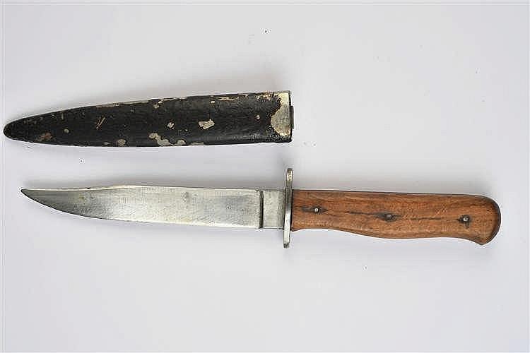 Couteau de tranchée. Poignée en bois maintenue par