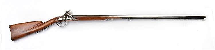 Fusil de chasse à silex juxtaposé, signé par Lamotte Lainé. A deux canons juxtaposés à pans sur un tiers puis rond, canons signés Merley-Dumares, calibre 24 environ (15,5 mm), bronzage gris refait postérieurement, platines et garnitures en fer, bois
