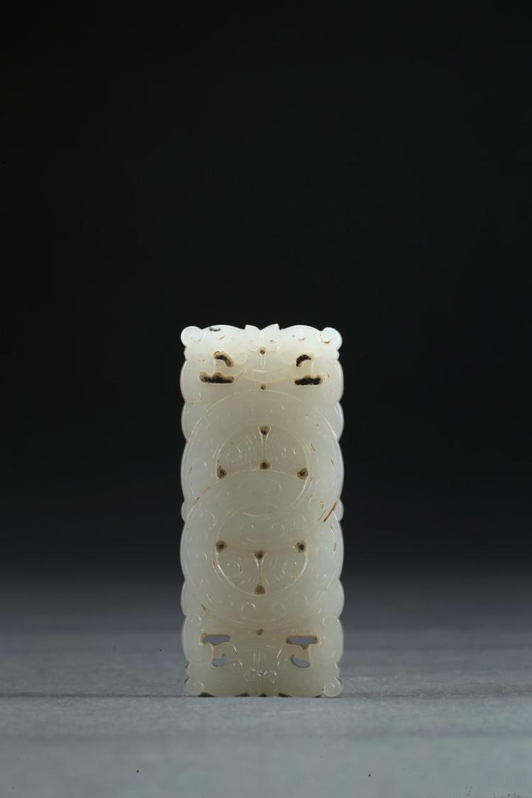 A WHITE JADE CARVED 'DOUBLE RING' PLAQUE