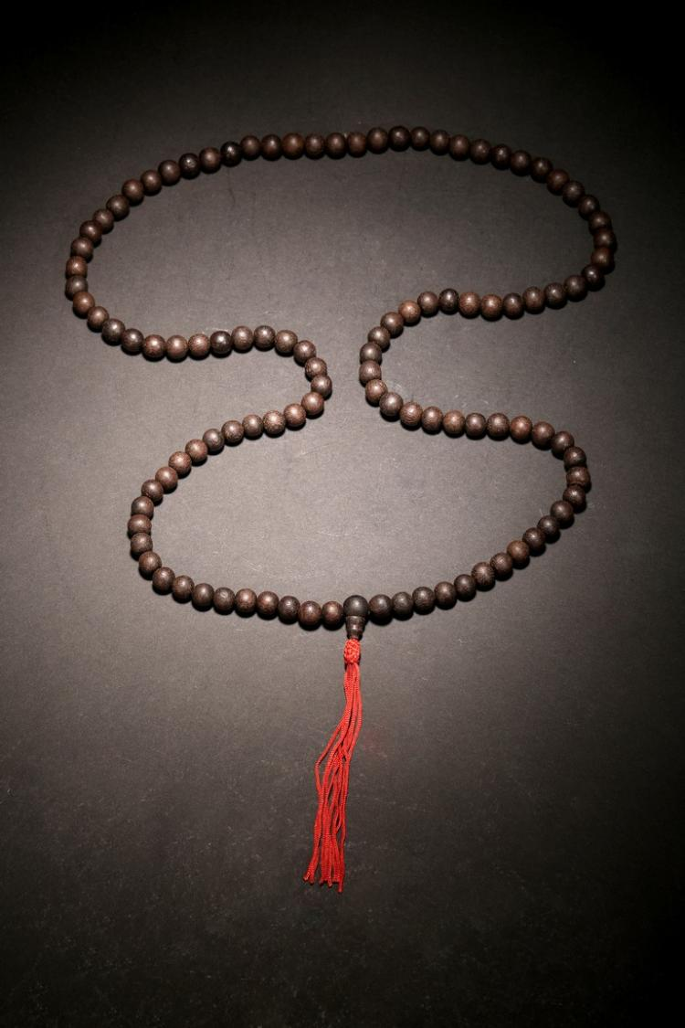 AN AGARWOOD BEAD NECKLACE