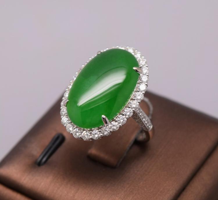 AN IMPERIAL GREEN JADEITE JADE DIAMOND RING