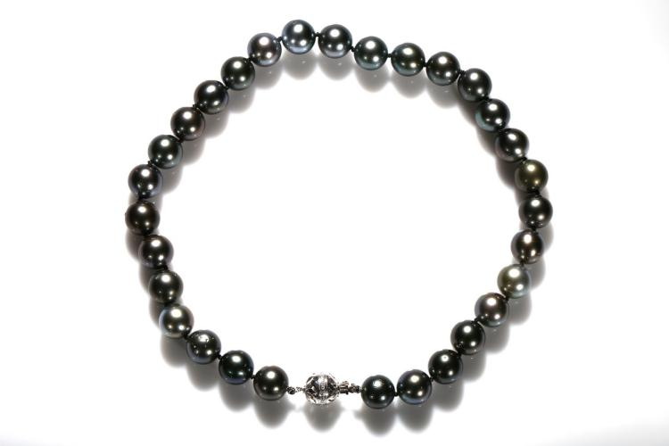 A TAHITIAN PEARL NECKLACE