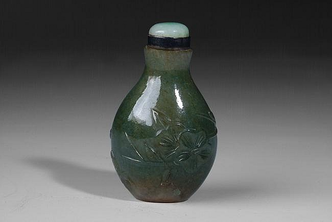 A CHINESE JADITE SNUFF BOTTLE